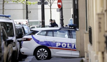A dead man and a serious injury in a shootout in front of a Paris hospital