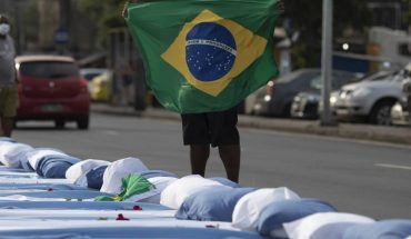 """Brazil installs a """"hug curtain"""" for covid-19 sufferers"""