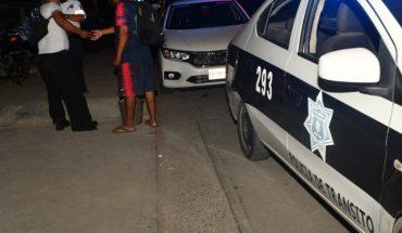Motorcyclist tucks women across Libramiento 2 in Mazatlan