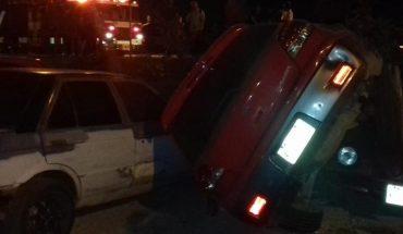 Van falls on three cars parked in Mazatlan