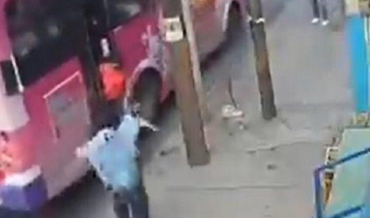 Camión arrastra a niño al quedar mamá atrapada con la puerta