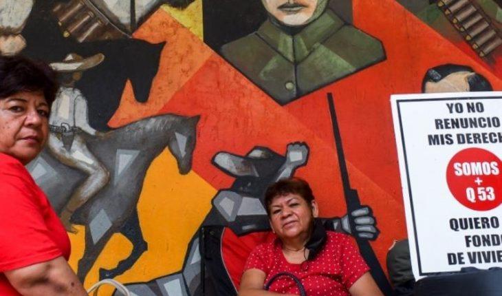 Maestros jubilados de Somos más que 53 se plantan en Palacio de Gobierno