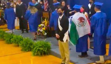 Niegan diploma a alumno por portar bandera de México en EU