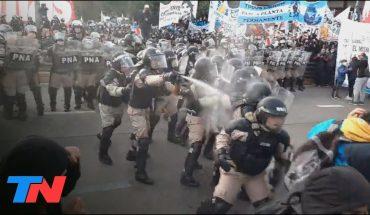 Gases lacrimógenes, golpes y mucha tensión en el Puente Pueyrredón