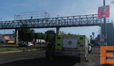 Man threatens to jump off pedestrian bridge in Morelia