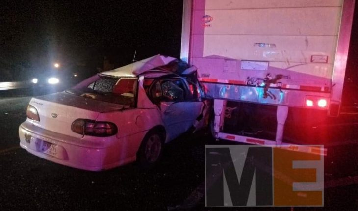 One dead and two injured when car crashes into trailer box in La Piedad