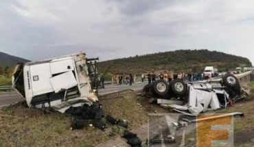 Tráiler embiste a un auto en la Autopista de Occidente; hay dos heridos