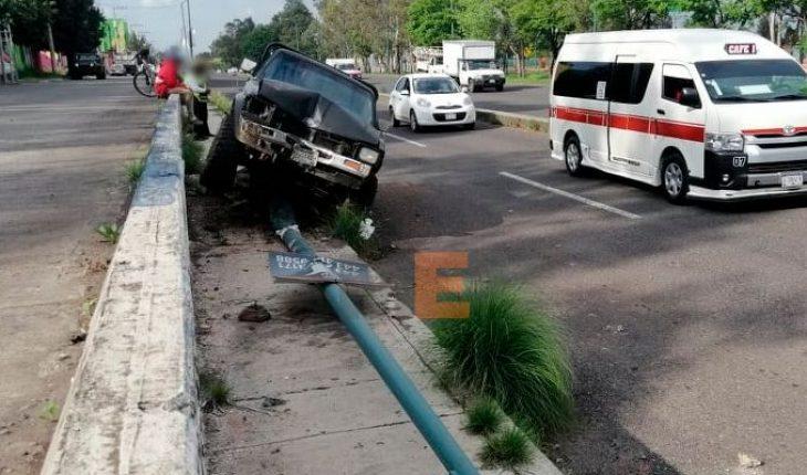Camioneta choca contra luminaria en el periférico de Morelia, Michoacán