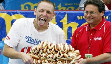 """[VIDEO] Con 76 hot dogs engullidos en diez minutos fijan un nuevo récord en disputa del """"Cinturón Mostaza"""""""
