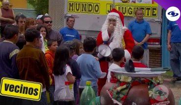 Vecinos: Con traje de Papá Noel, Óscar le entrega los regalos de Navidad a los niños- Caracol TV