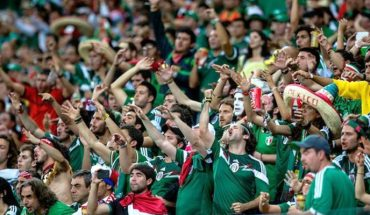 Mexican fans exchange homophobic shouting for Luis Miguel song