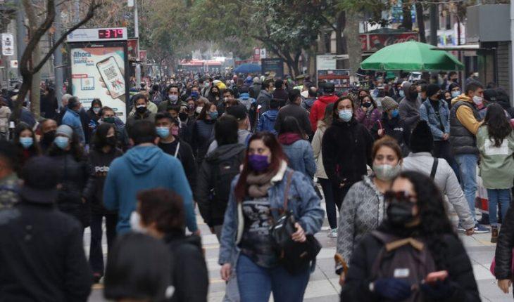 Especialistas debaten si Chile alcanzó la esperada inmunidad de rebaño