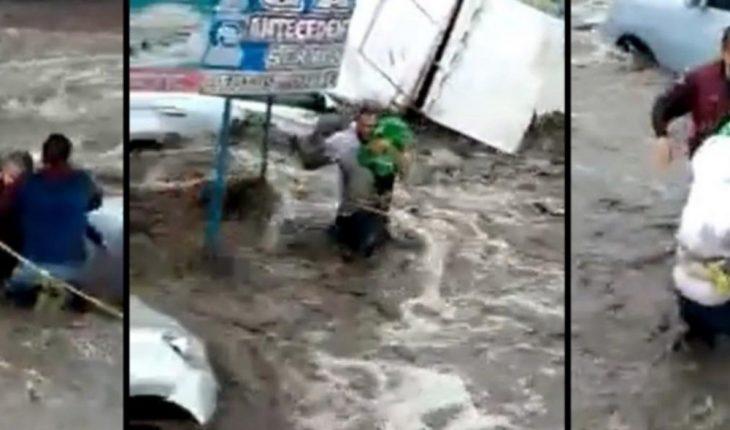 Arriesgan su vida para salvar a BEBÉ atrapado en corrientes de Ecatepec