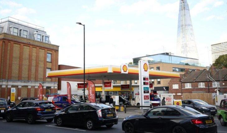 Filas eternas y pánico: Reino Unido, con problemas para el suministro de nafta