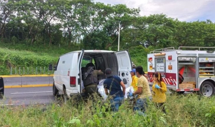 Mueren cuatro migrantes al volcar camioneta en Veracruz