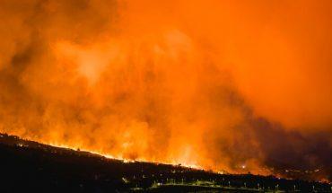 [VIDEO] Erupción de volcán en isla española continúa arrasando con casas y cultivos