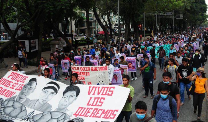 marchan y realizan homenajes a normalistas