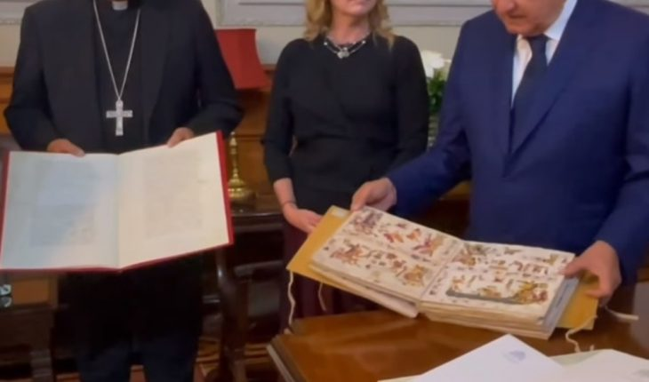 AMLO receives similes of codices and maps sent by the Pope