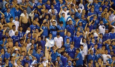 El Salvador fans do everything they can to make Mexico uncomfortable