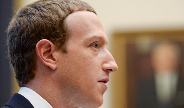 Facebook shares fall amid service collapse