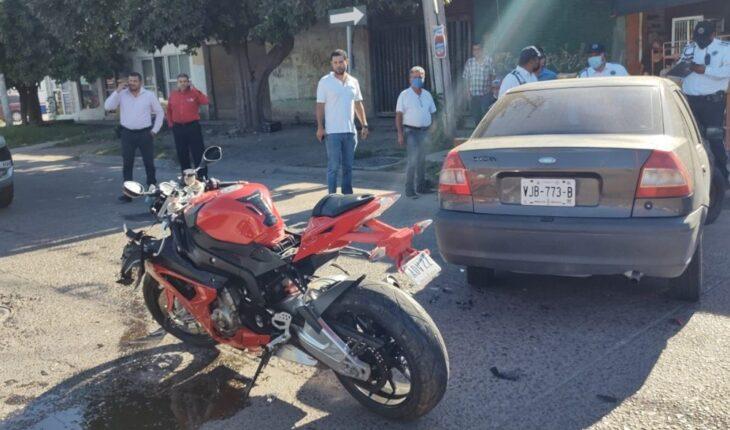 Se lesiona motociclista al chocar con vehículo en Los Mochis