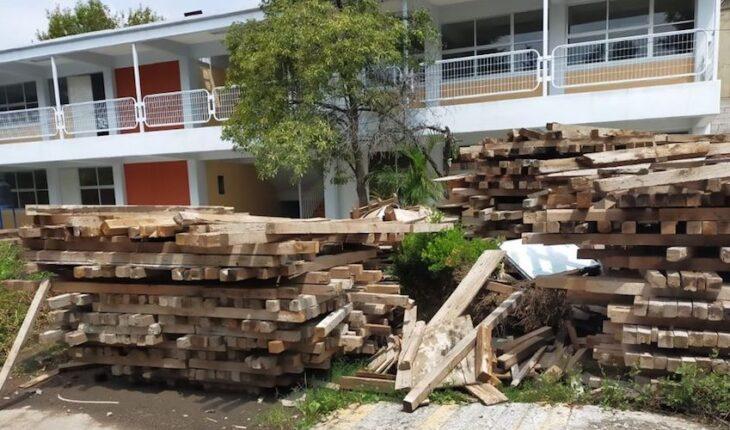 alumnos en Tláhuac aún toman clases en aulas prearmadas